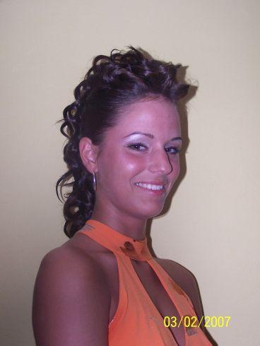 účesy polodlouhé vlasy